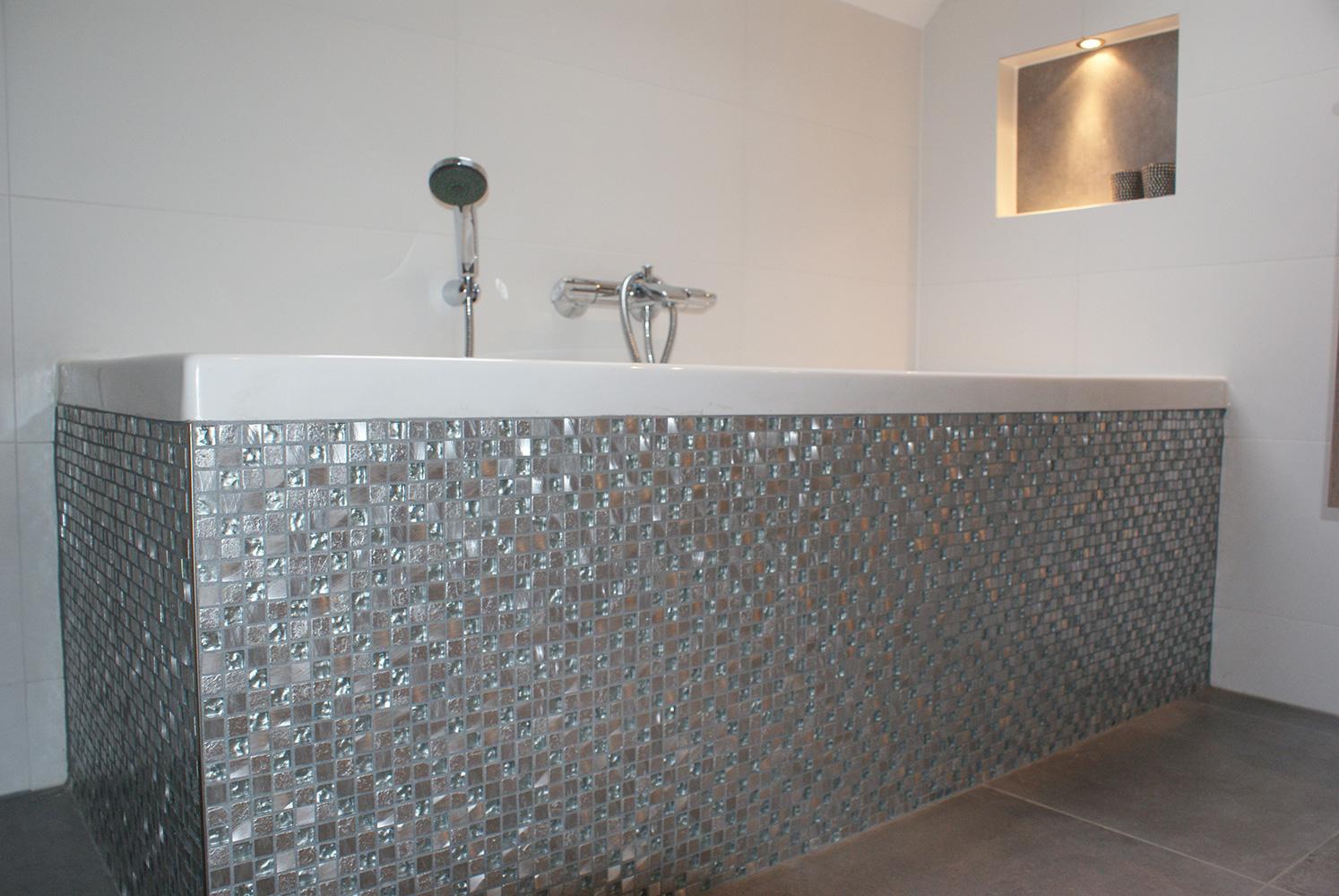 Badkamer met mozaïek en nisjes secuur tegelwerken