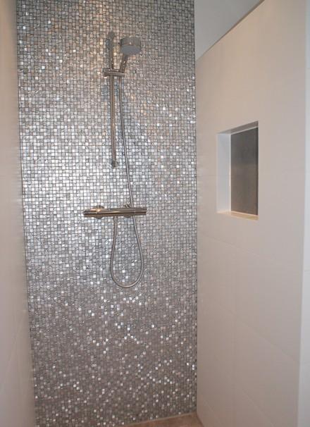 Badkamer met mozaïek en nisjes - Secuur Tegelwerken