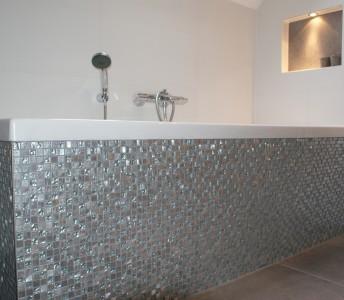 Badkamer met mozaïek en nisjes
